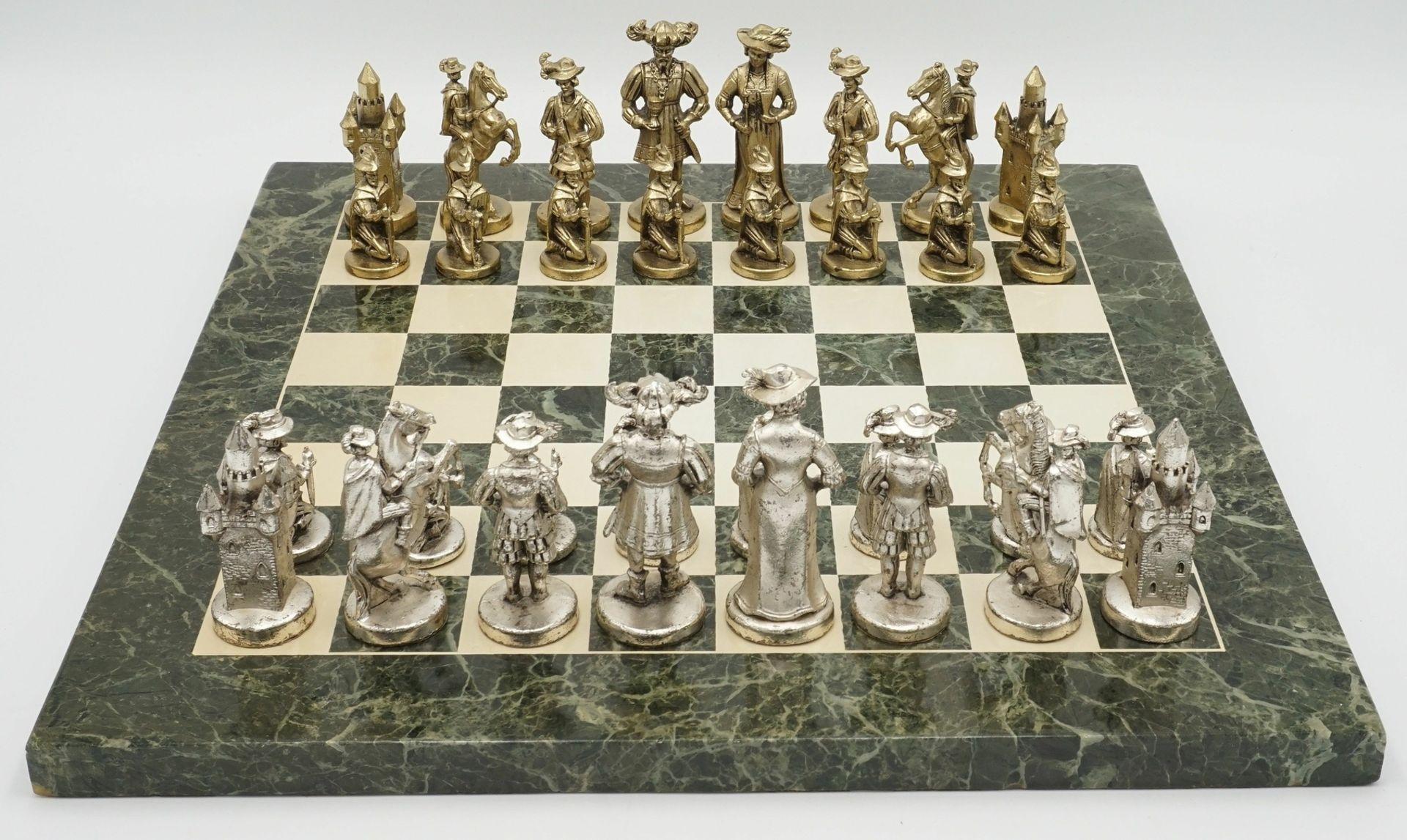 Marmor-Schachbrett mit Figuren in historischem Gewand, Ende 20. Jh.