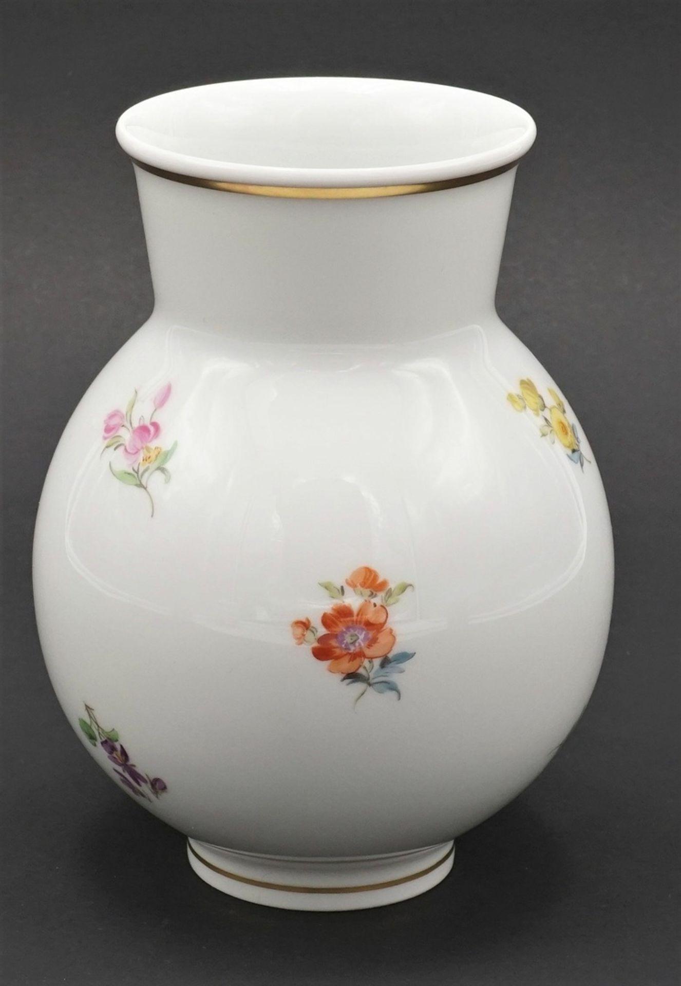 Meissen Fußschale, Vase und Deckeldose mit Streublümchen - Bild 3 aus 5