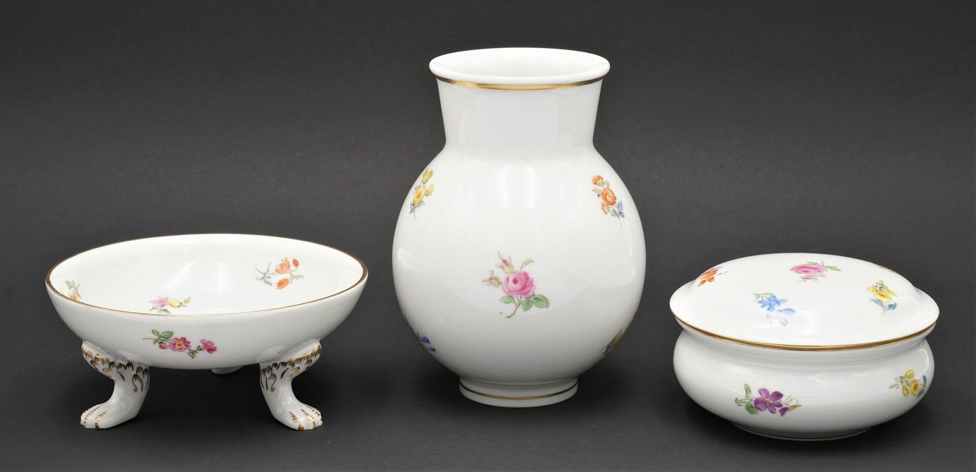 Meissen Fußschale, Vase und Deckeldose mit Streublümchen