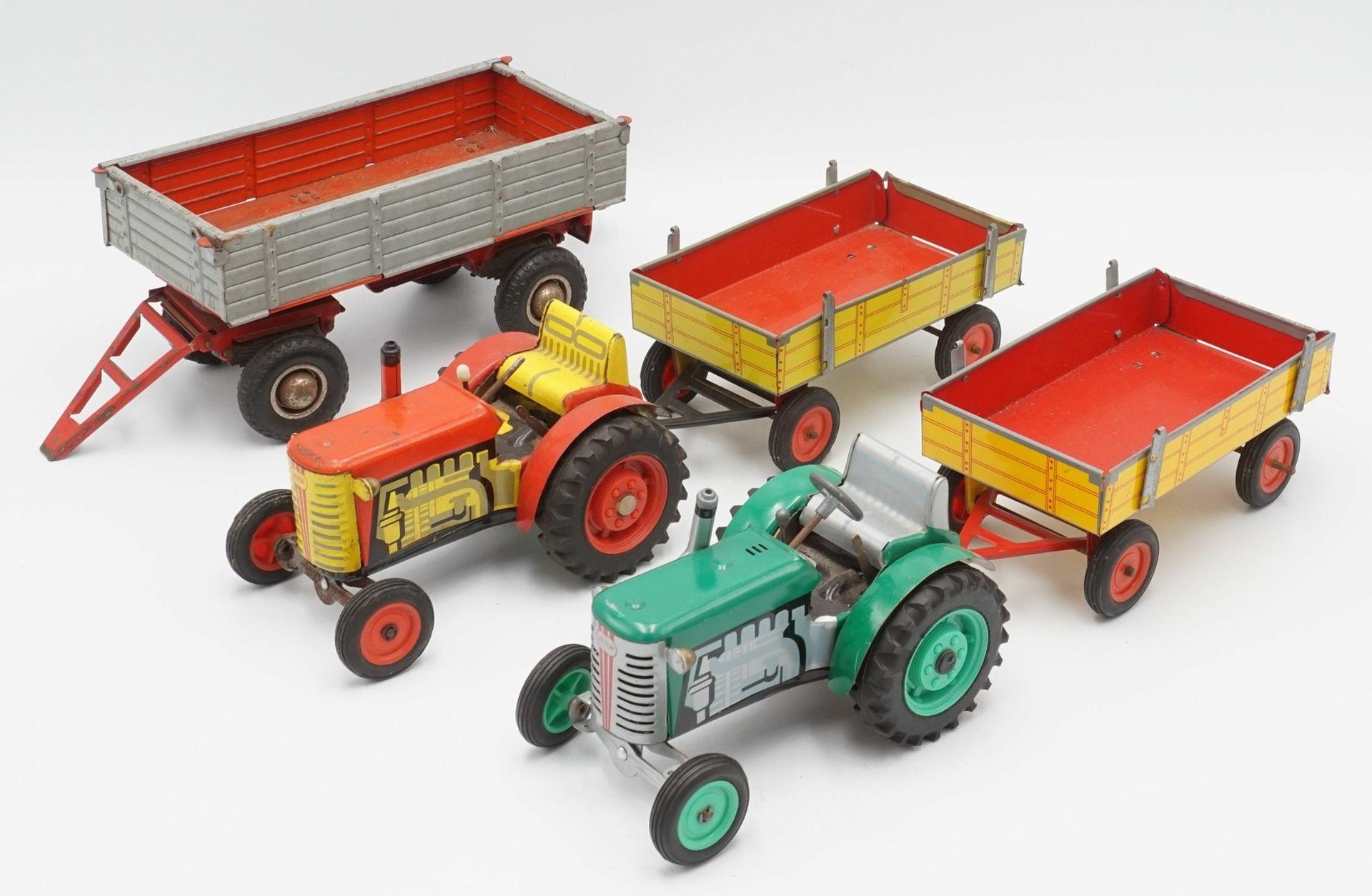 Zwei Zetor Traktoren mit Anhängern