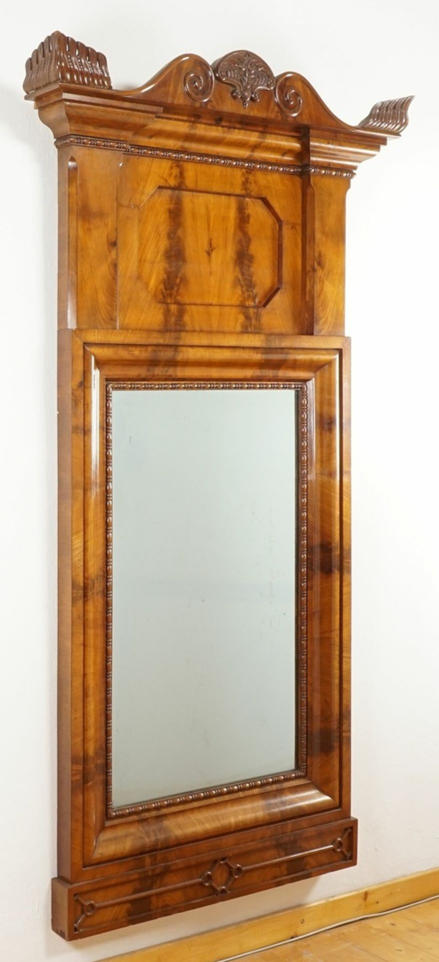 Großer reich verzierter Spiegel, Mahagoni furniert