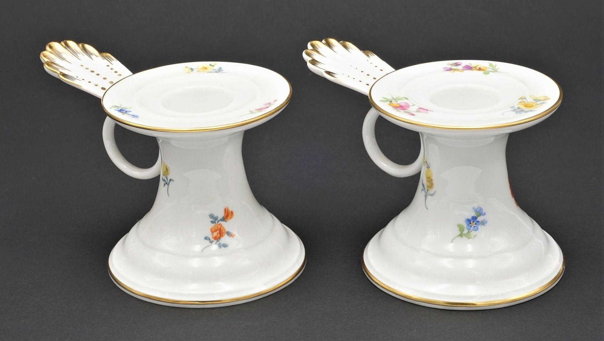 Zwei Meissen Tischleuchter / Kerzenständer mit Bunter Blume - Bild 2 aus 3