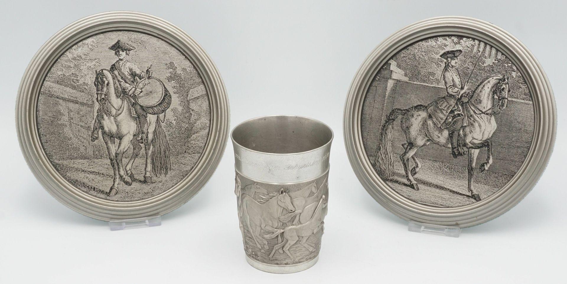 Zwei Wandteller und ein Becher mit Pferde-Motiven, 20. Jh.
