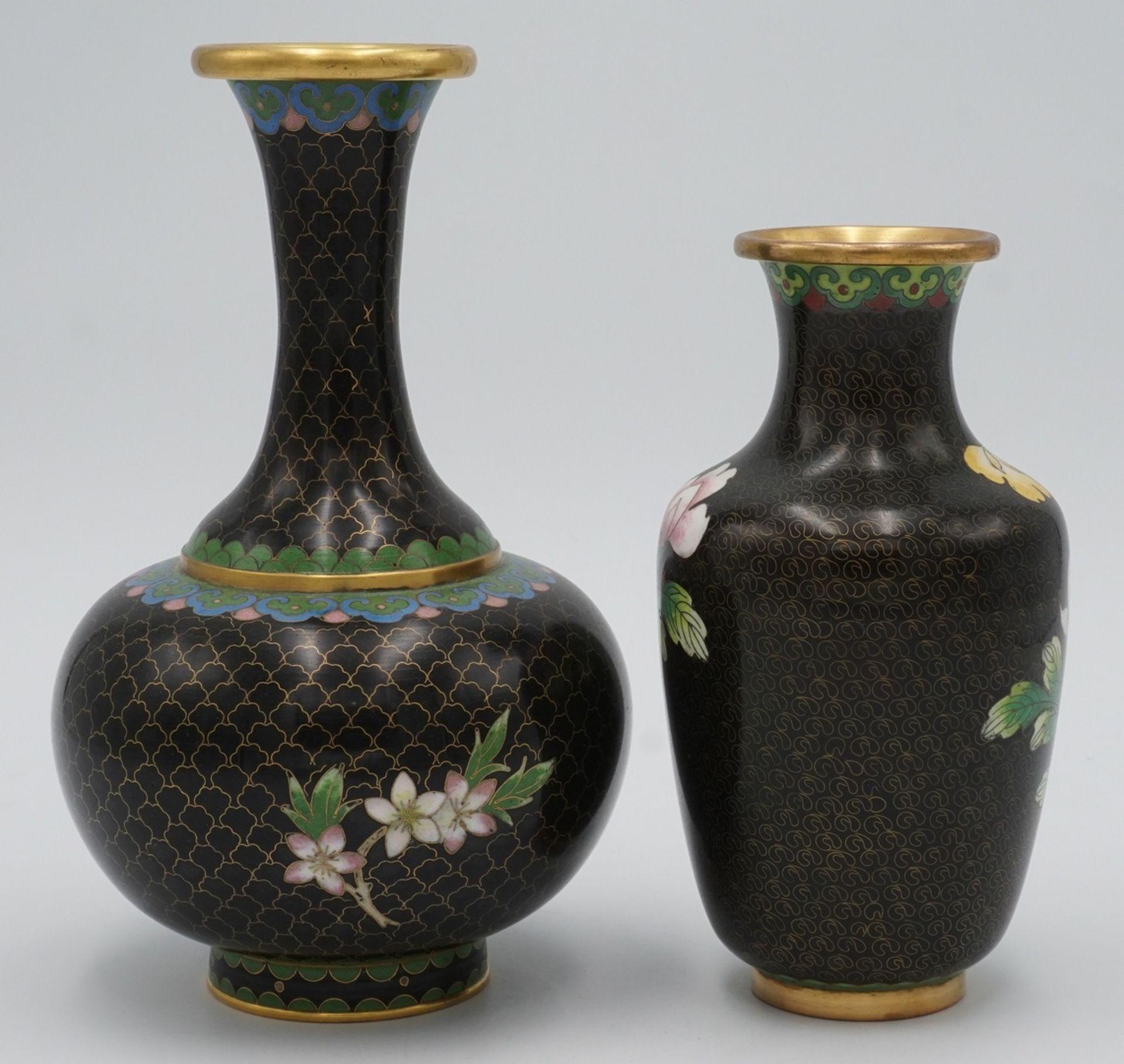 Zwei Cloisonné Vasen, China, 20. Jh. - Bild 2 aus 2