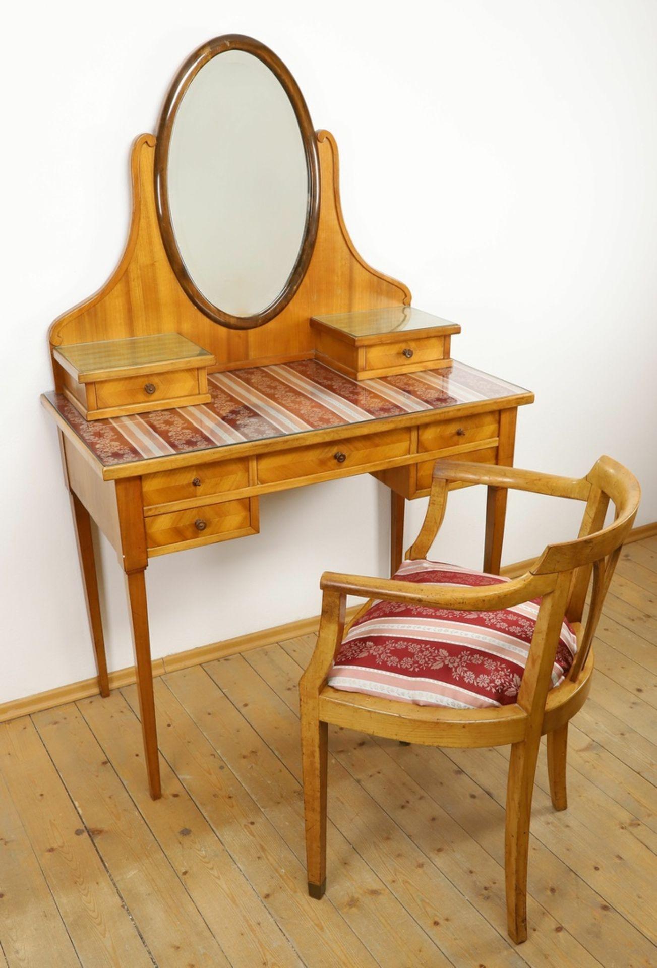 Frisierkommode mit Aufsatzspiegel und Stuhl