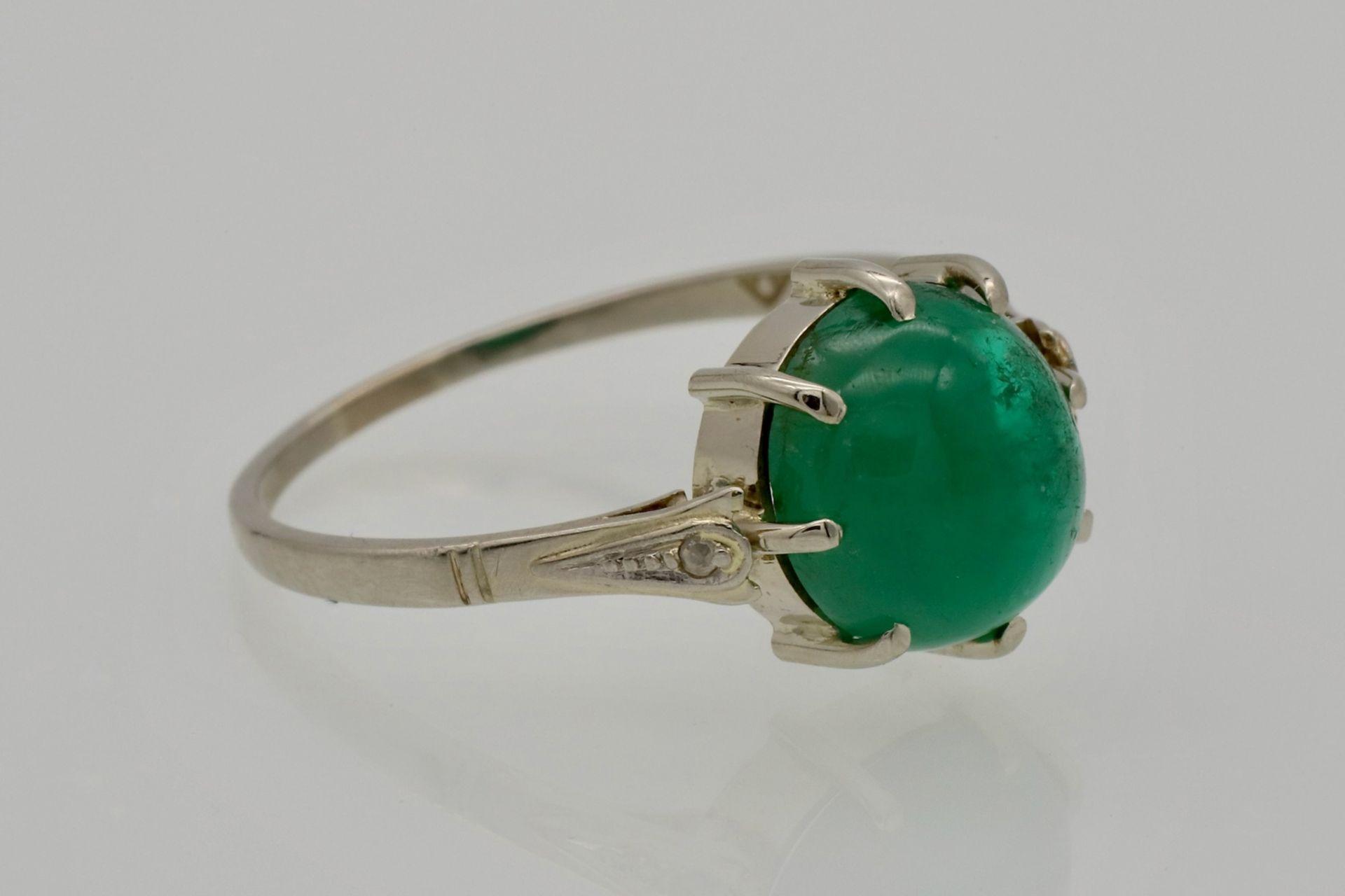 Weißgold-Ring mit Smaragd-Cabochon und Diamantrosen