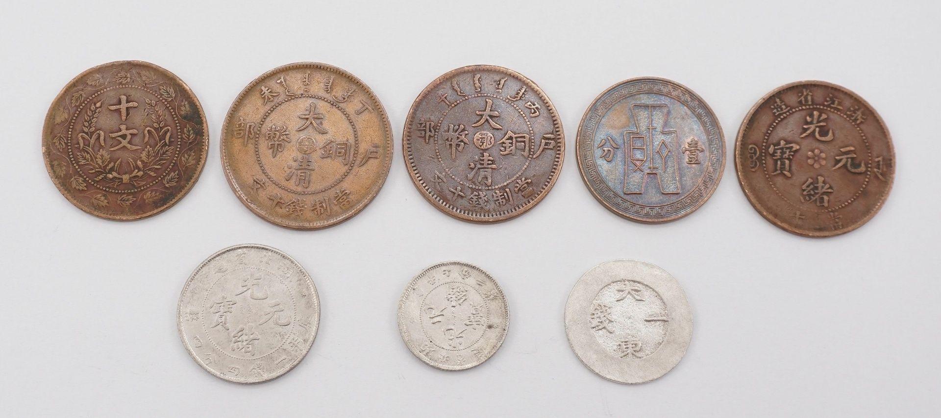 Sieben chinesische Münzen und ein Jeton - Bild 2 aus 2
