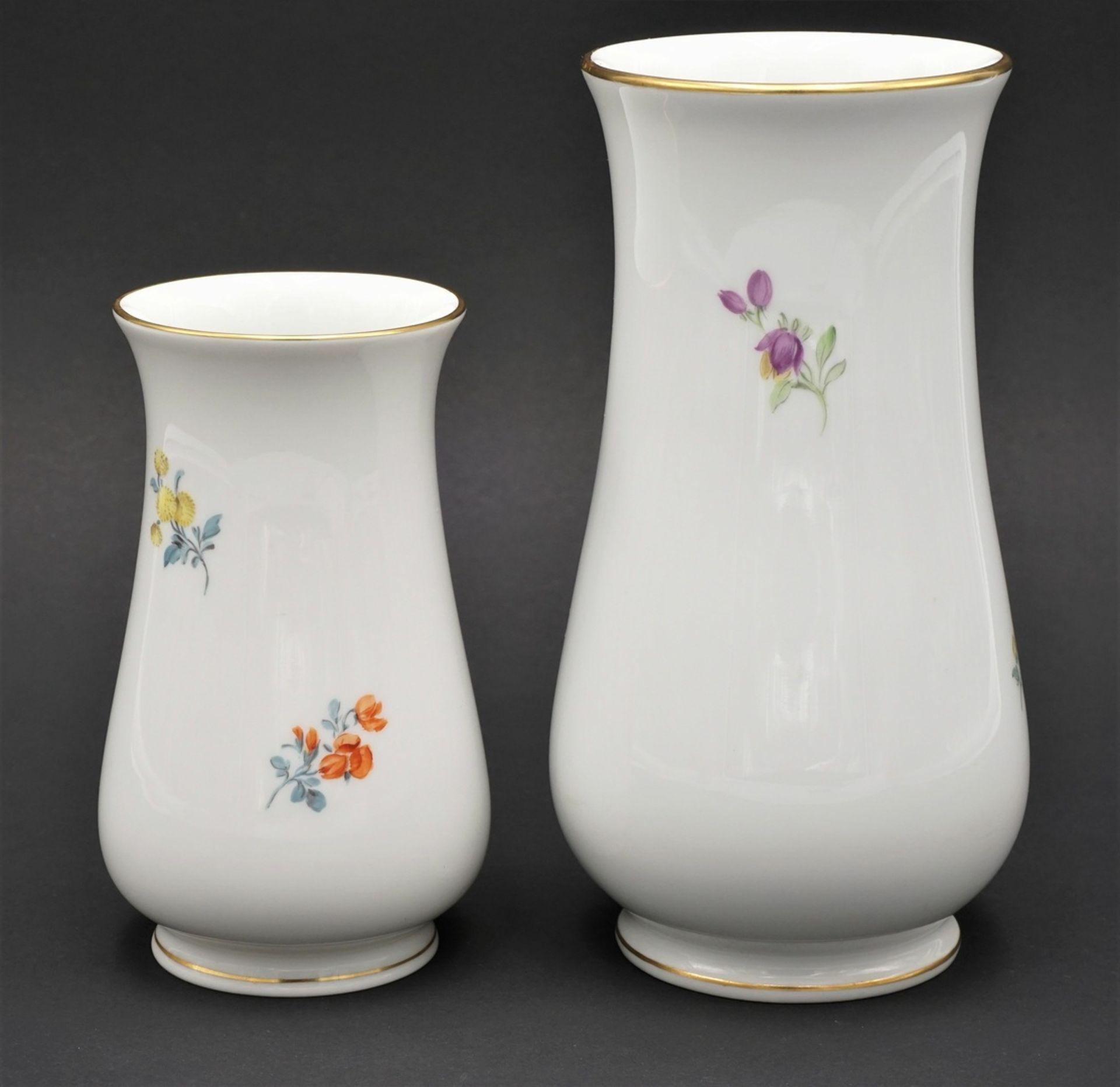 Zwei Meissen Vasen mit Bunter Blume - Bild 2 aus 3