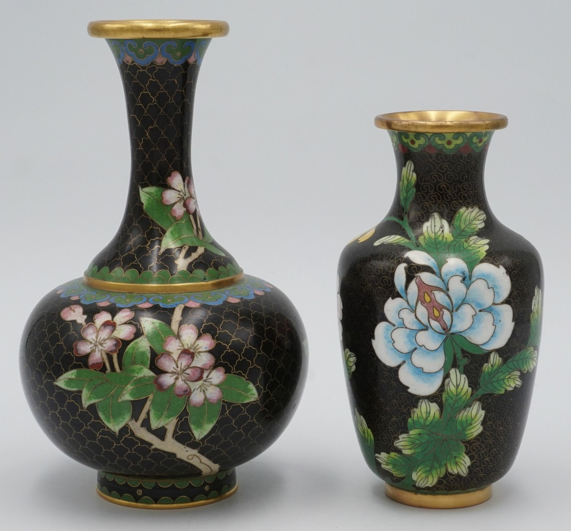 Zwei Cloisonné Vasen, China, 20. Jh.
