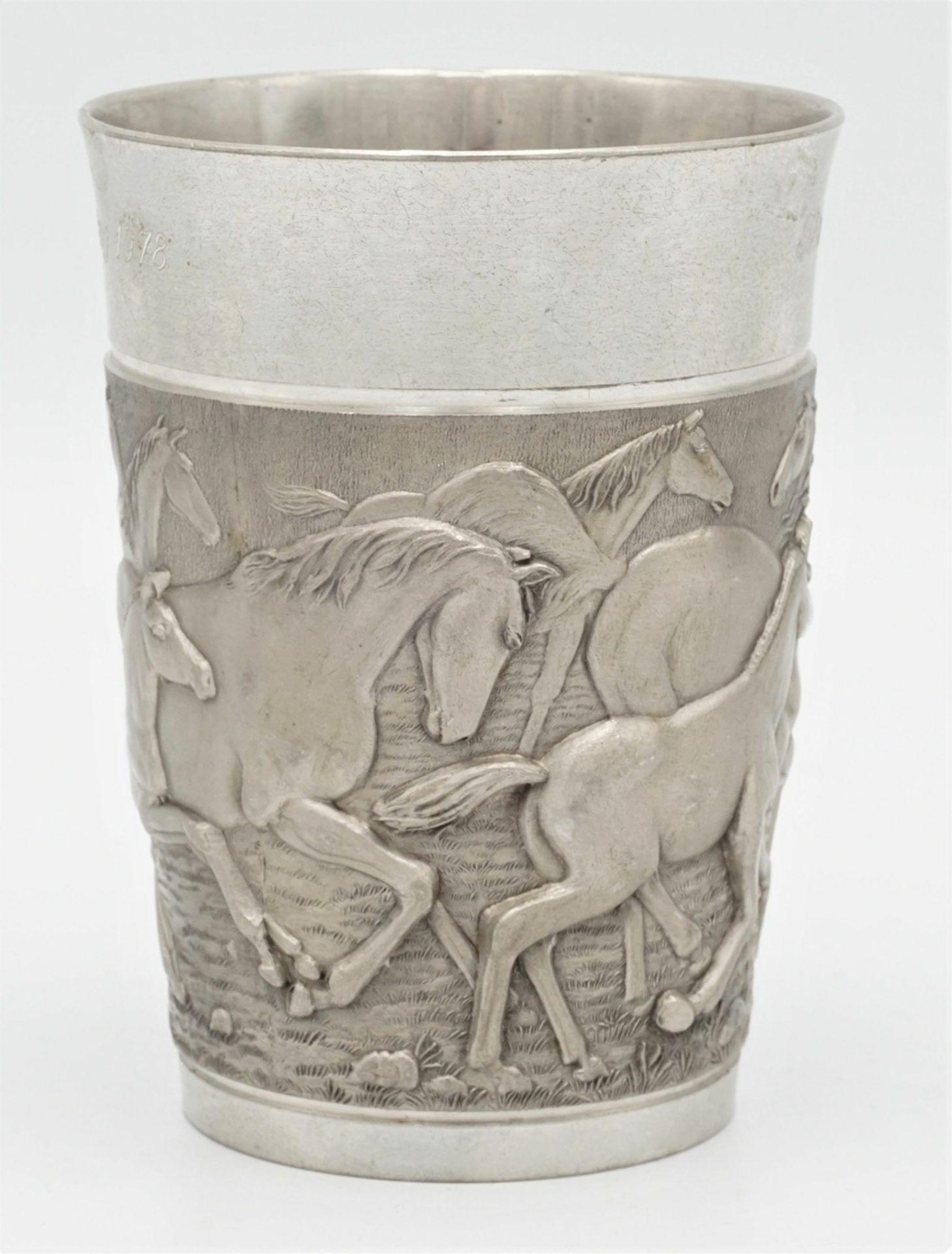 Zwei Wandteller und ein Becher mit Pferde-Motiven, 20. Jh. - Bild 5 aus 6