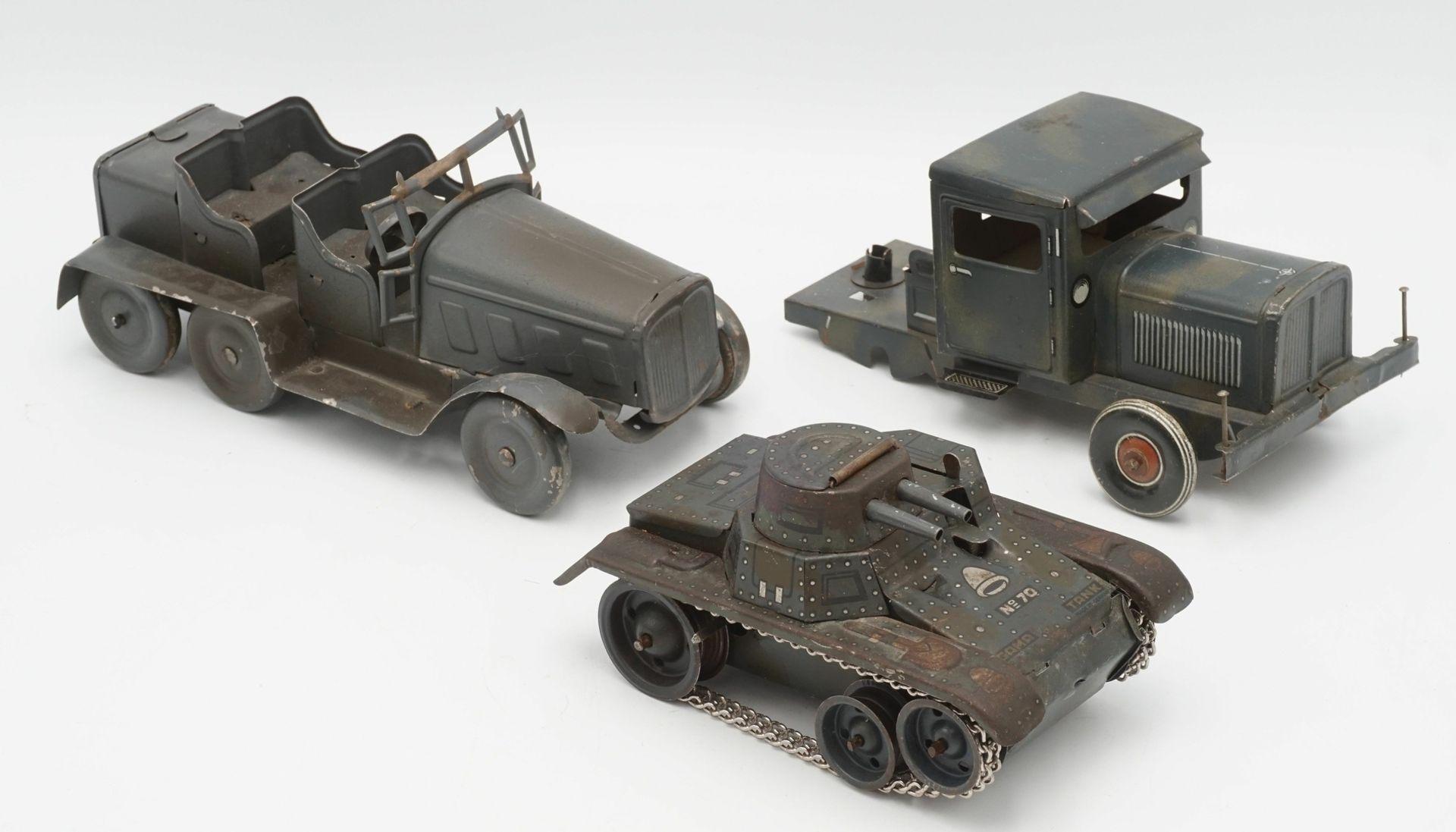 Zwei Blechautos und ein Blech Panzer