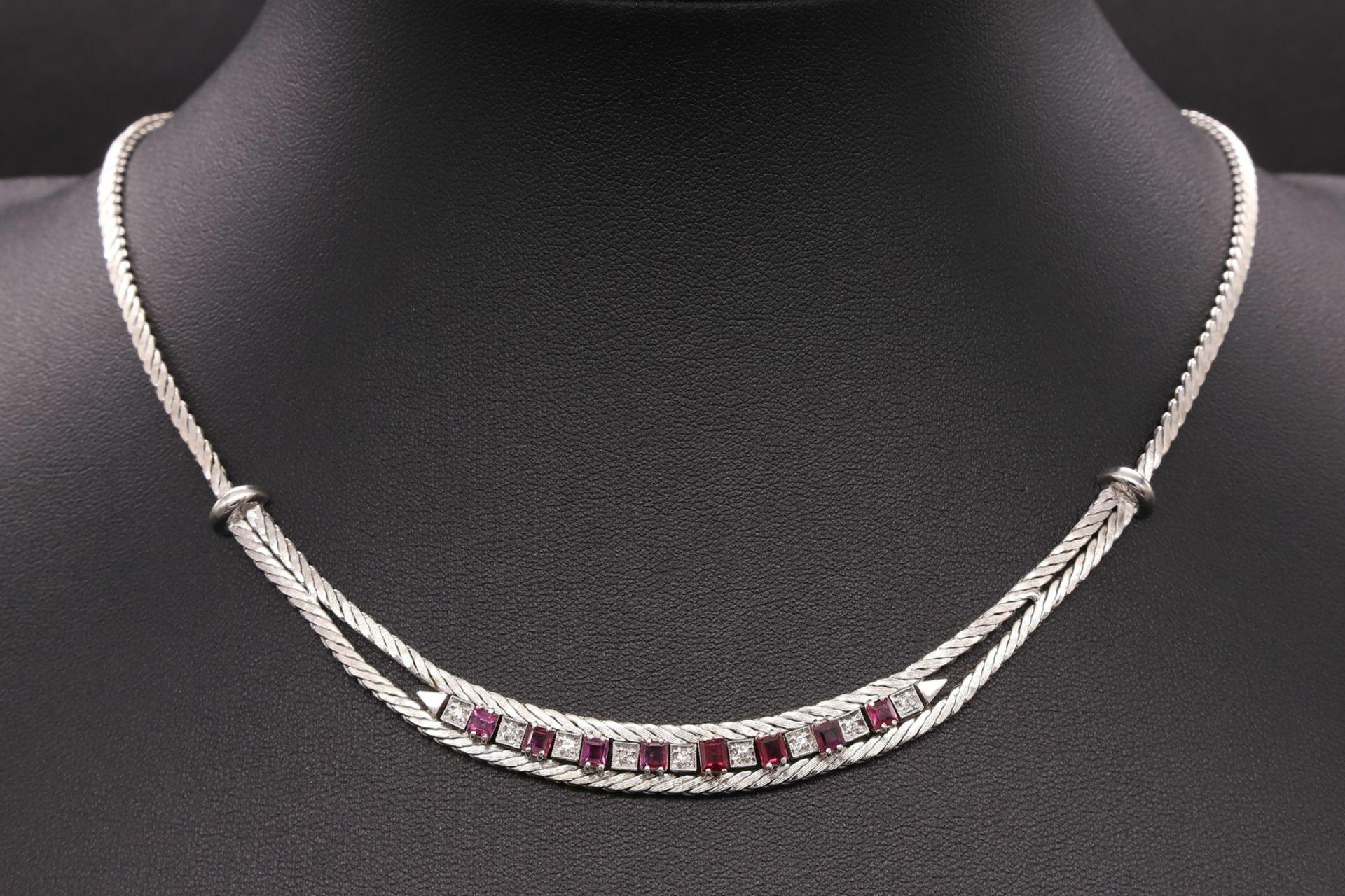 Weißgold-Collier mit Diamanten und Rubinen