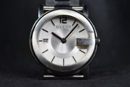 A GENTS GUCCI QUARTZ WATCH ON A STAINLESS STEEL BRACELET STRAP, WITH A BI-FOLDING CLASP date