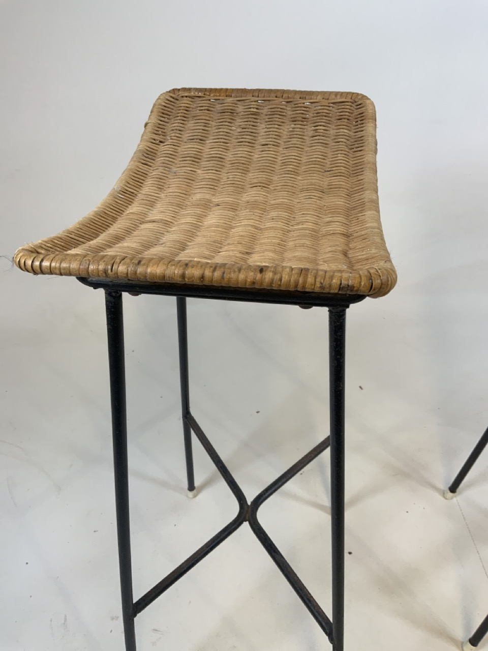 A Franco Albini mid century wicker and iron bar and two bar stools. Bar has two teak shelves to - Image 11 of 13
