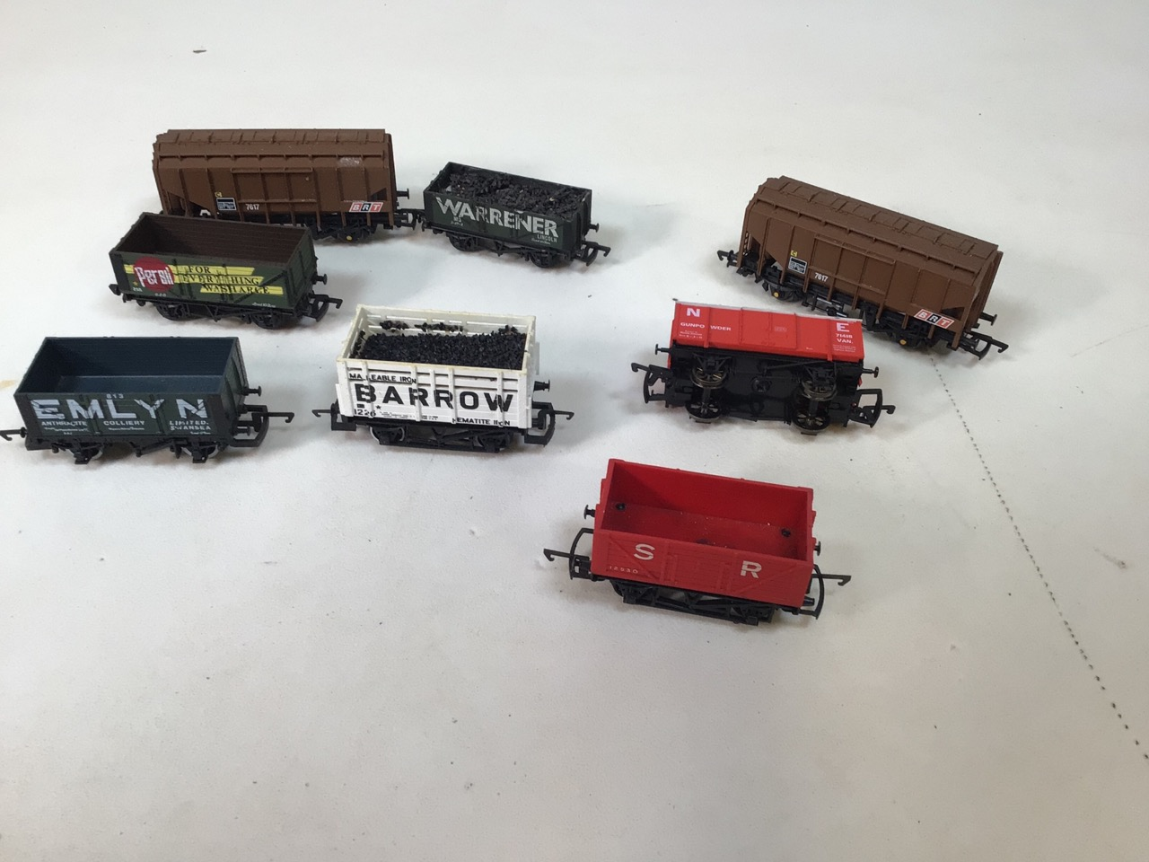 A collection of twenty four 00 gauge railway wagons - Image 3 of 4