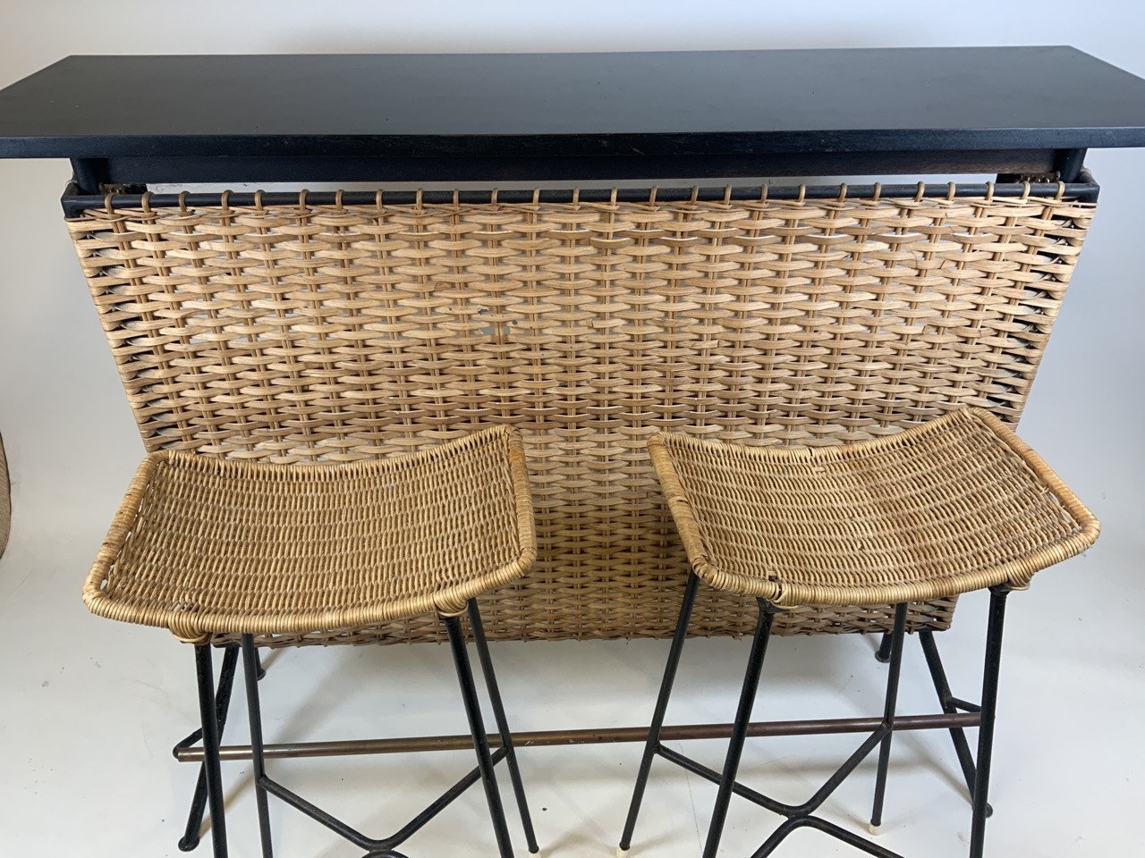 A Franco Albini mid century wicker and iron bar and two bar stools. Bar has two teak shelves to - Image 8 of 13