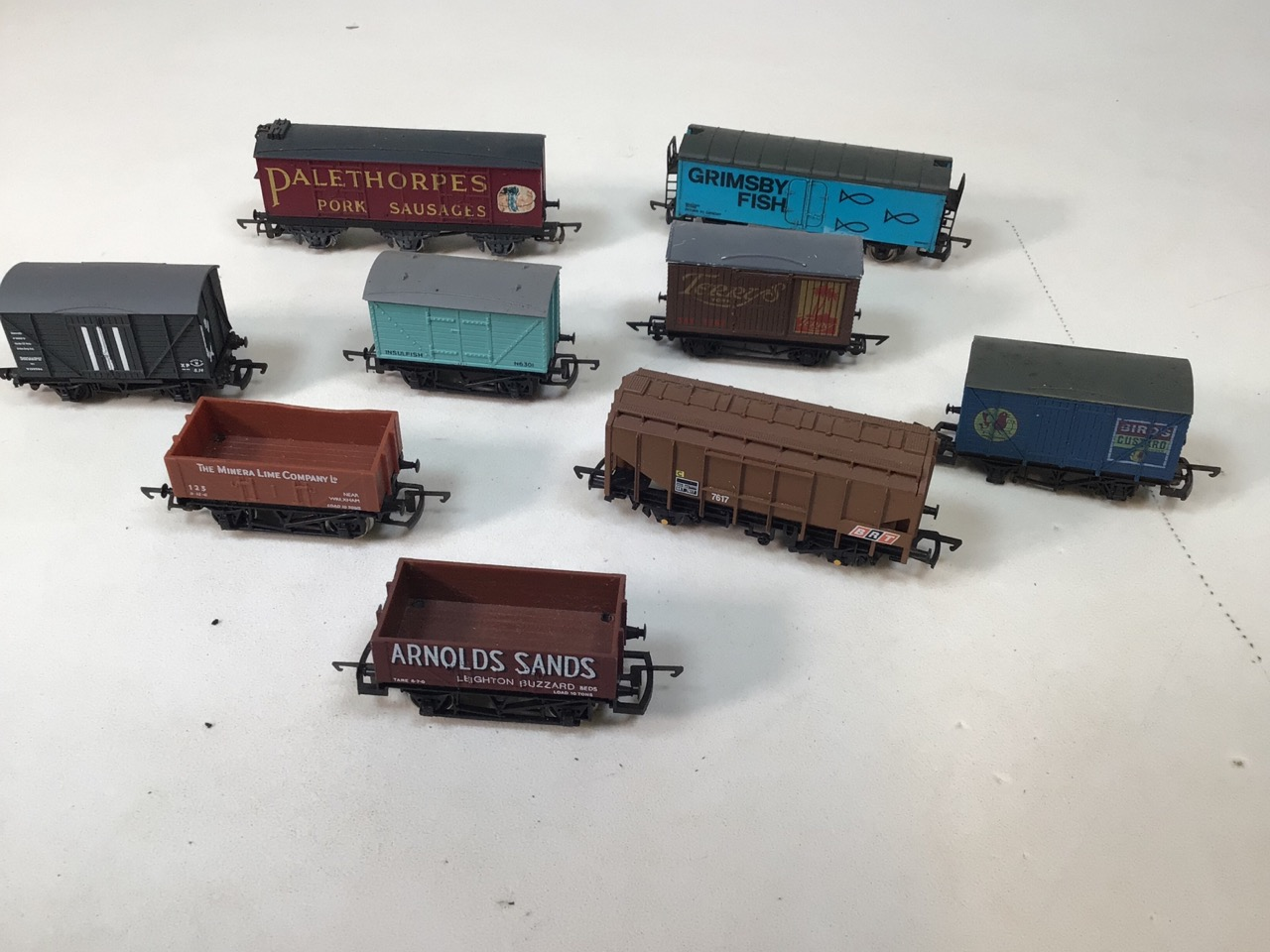 A collection of twenty four 00 gauge railway wagons - Image 4 of 4