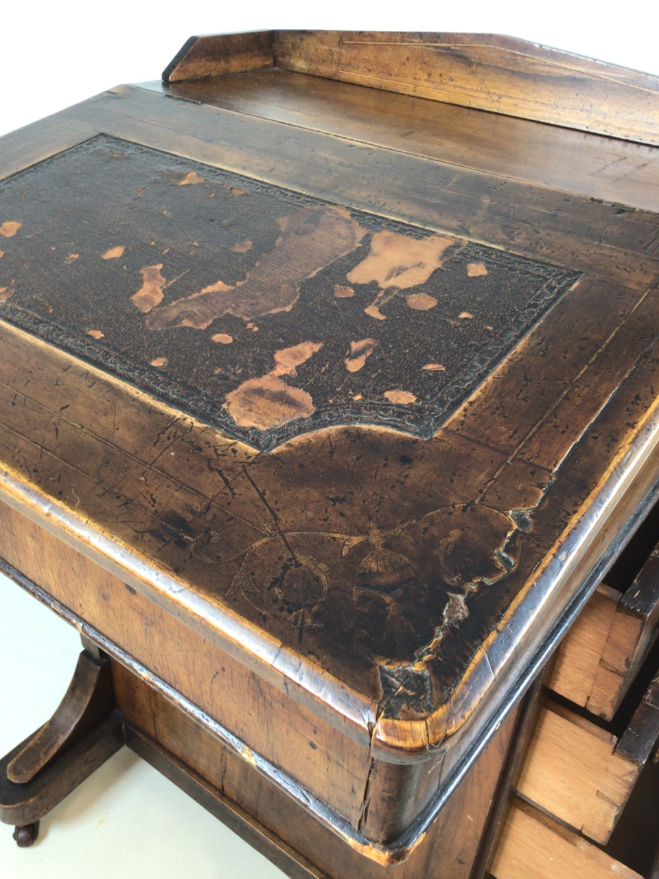 A Victorian inlaid davenport on ceramic castors with leather writing slope to interior desk. With - Image 5 of 7
