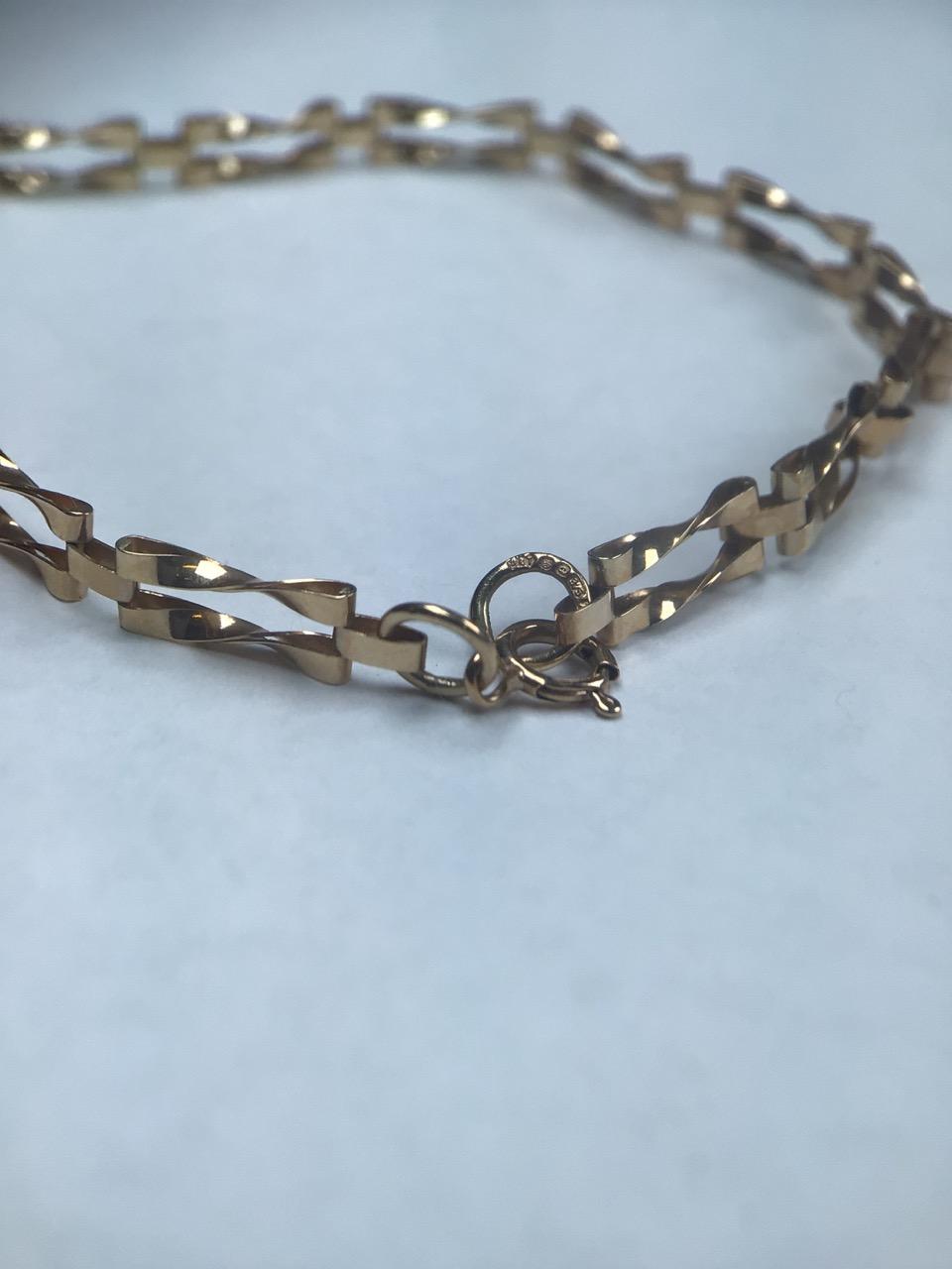 9ct gold fancy link bracelet. 1.8g 16cm