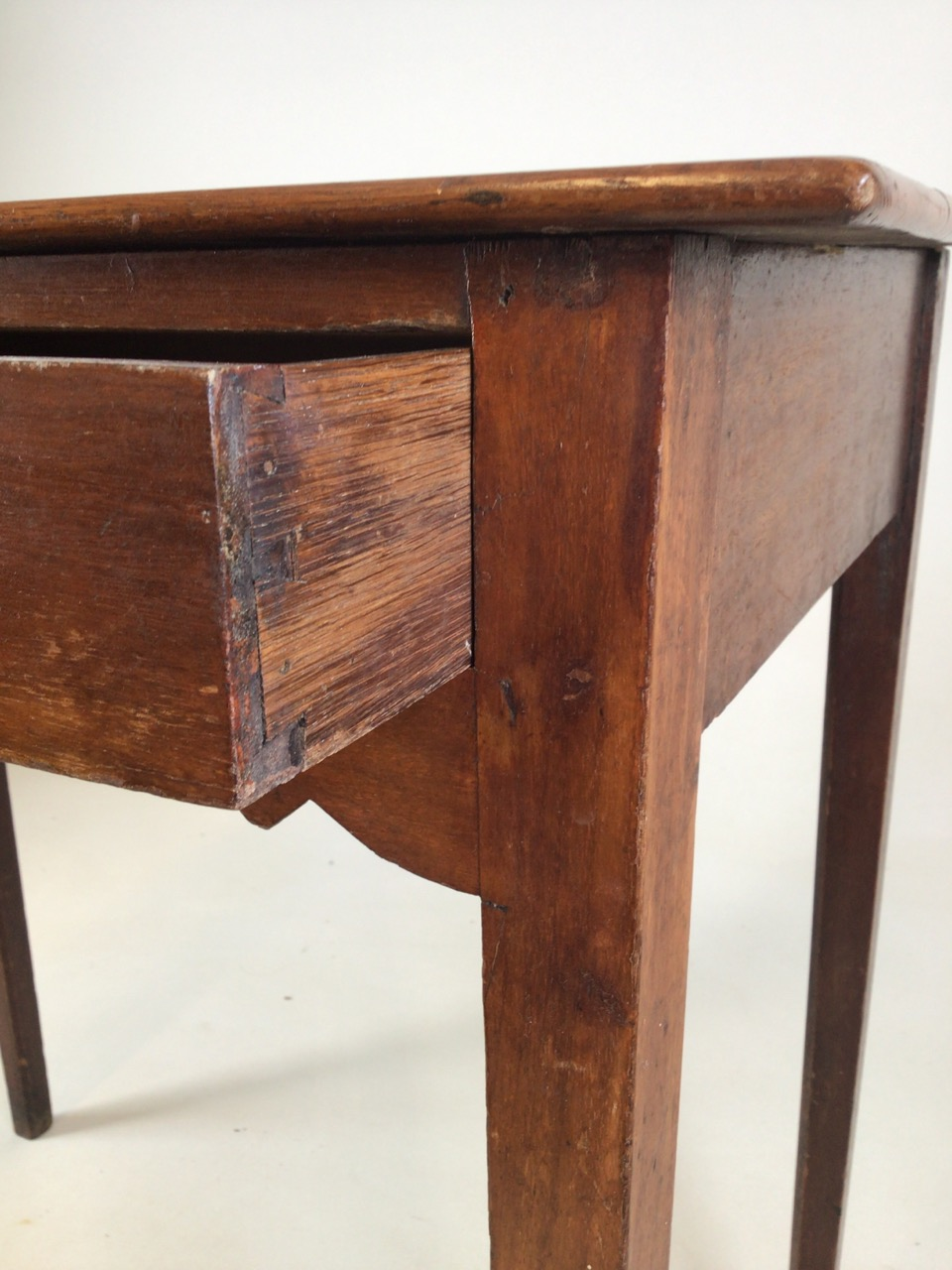 Small antique Georgian style side table with tapered legs with large central drawers and brass - Image 7 of 8