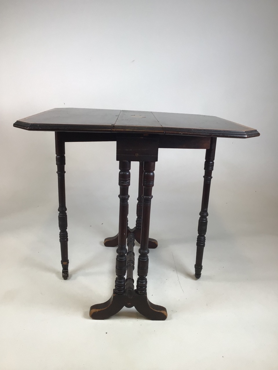 A small Edwardian mahogany inlaid Sutherland table with turned legs and stretcher with ceramic - Image 4 of 9
