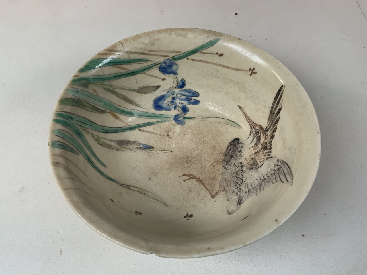 An oriental hand painted bowl with bird image to interior. Oriental markings to base. Chip to rim - Image 2 of 5