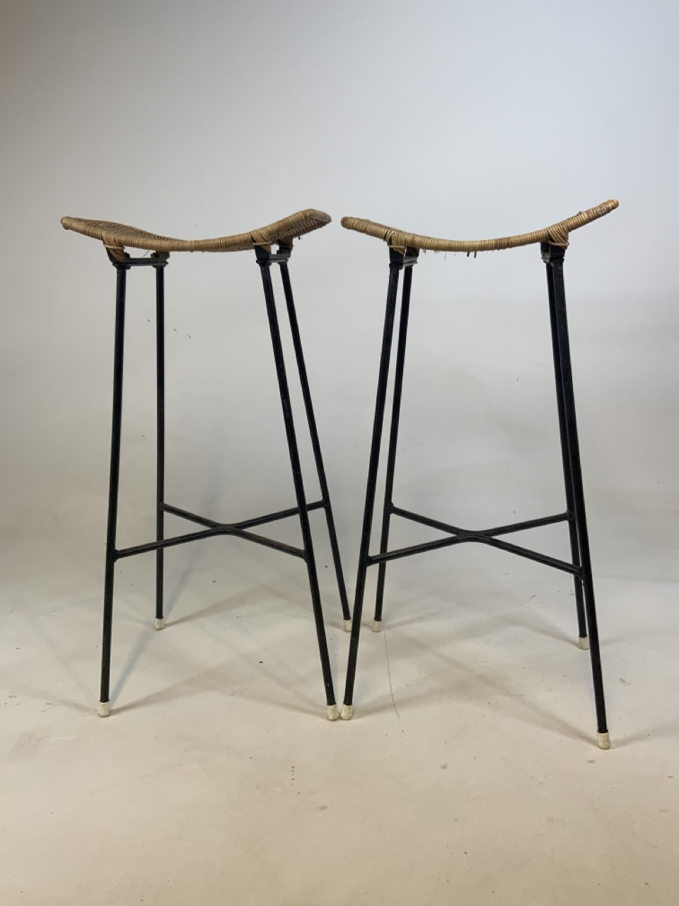 A Franco Albini mid century wicker and iron bar and two bar stools. Bar has two teak shelves to - Image 9 of 13