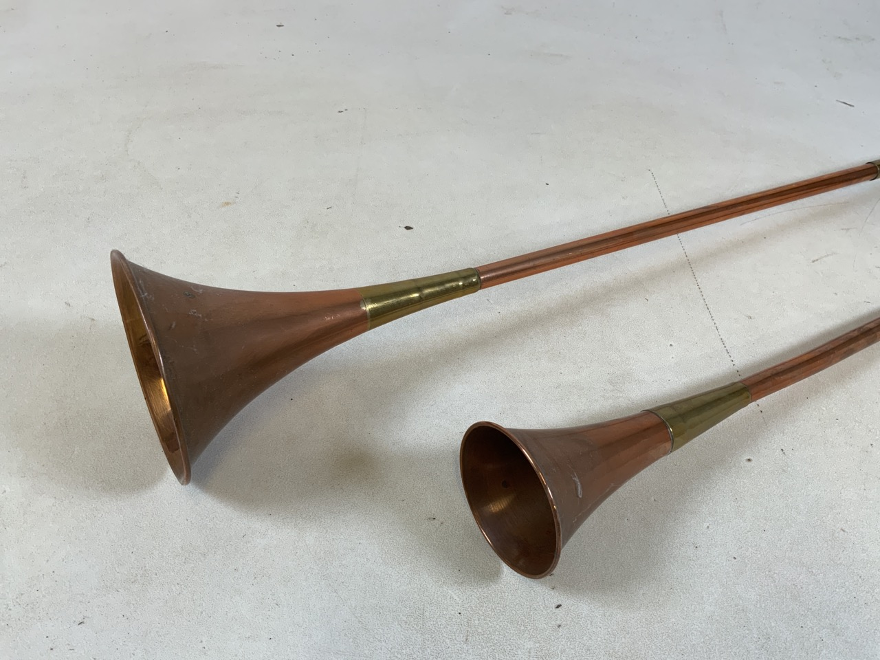 Two copper and brass hunting horns the longest 119cm and the shortest 74cm - Image 2 of 6