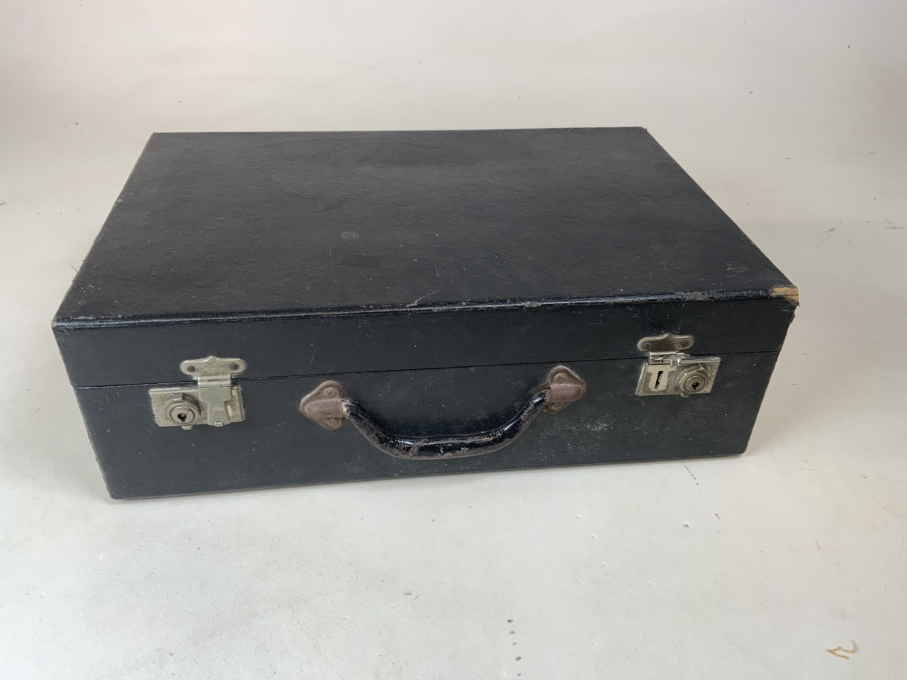 An early Brexton picnic hamper with four place settings in wooden box with yellow interior. Original - Image 6 of 6
