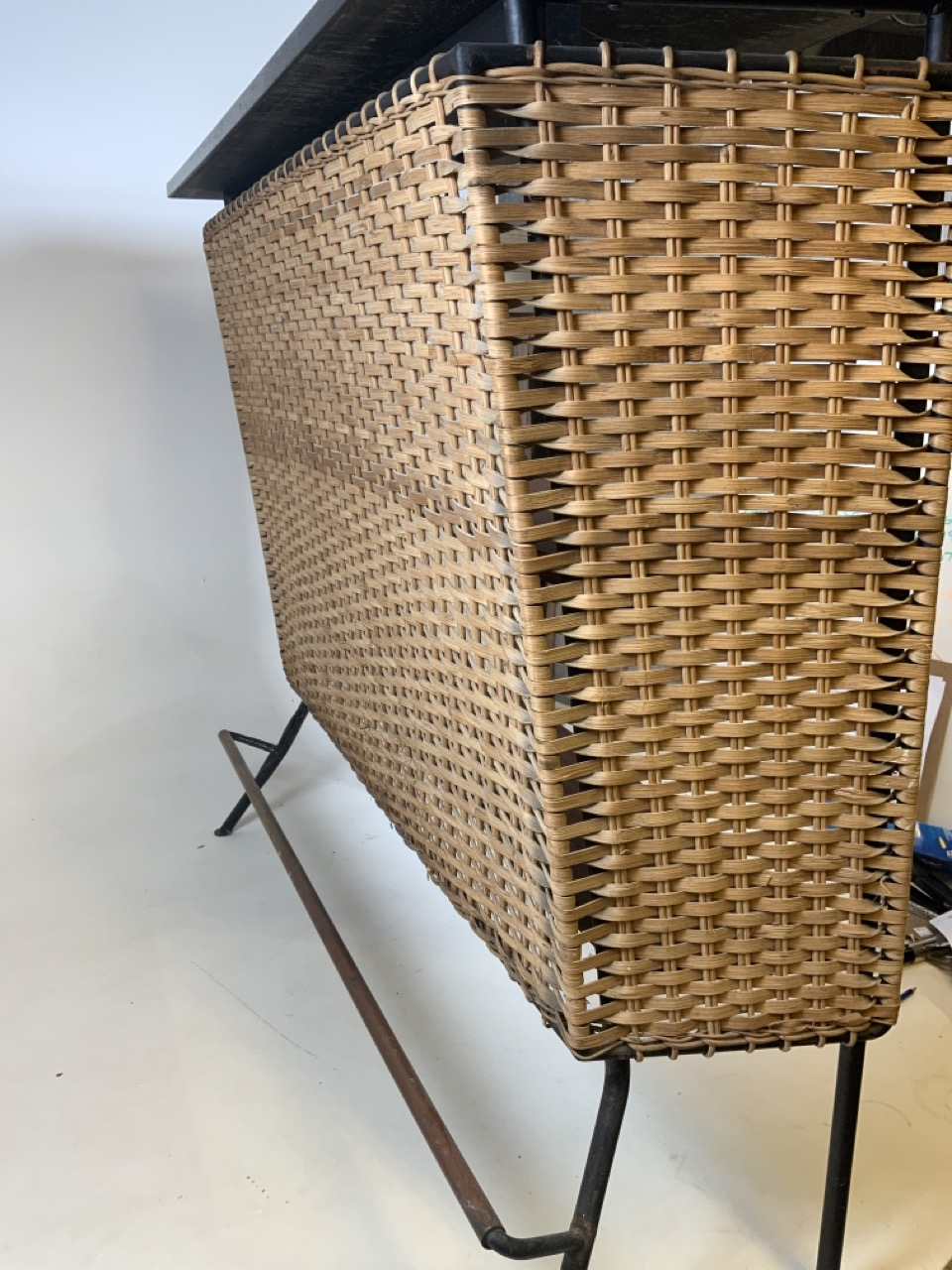 A Franco Albini mid century wicker and iron bar and two bar stools. Bar has two teak shelves to - Image 4 of 13