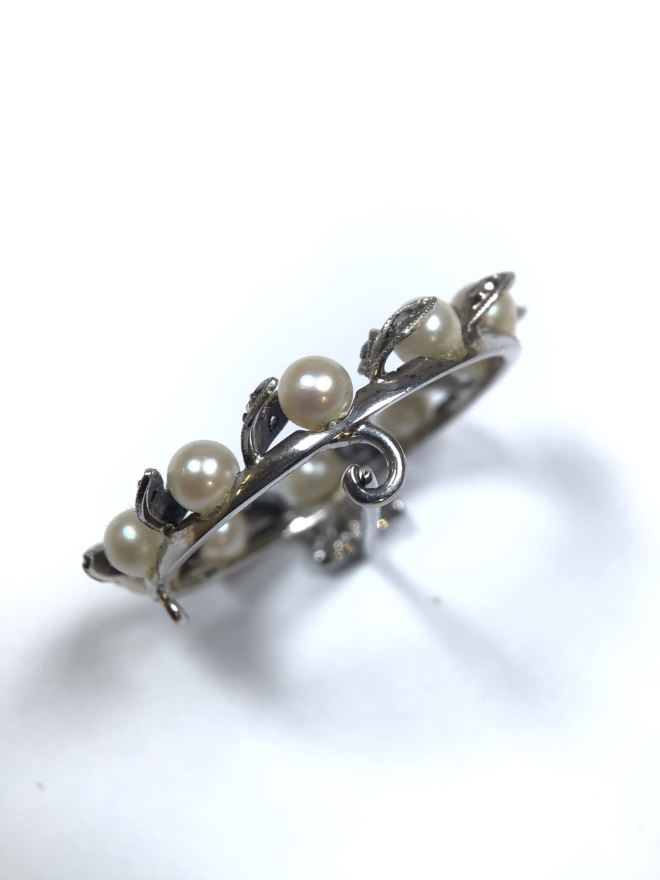 An unmarked precious white metal Belle Époque wreath brooch set with a surround of pearls and - Image 6 of 7