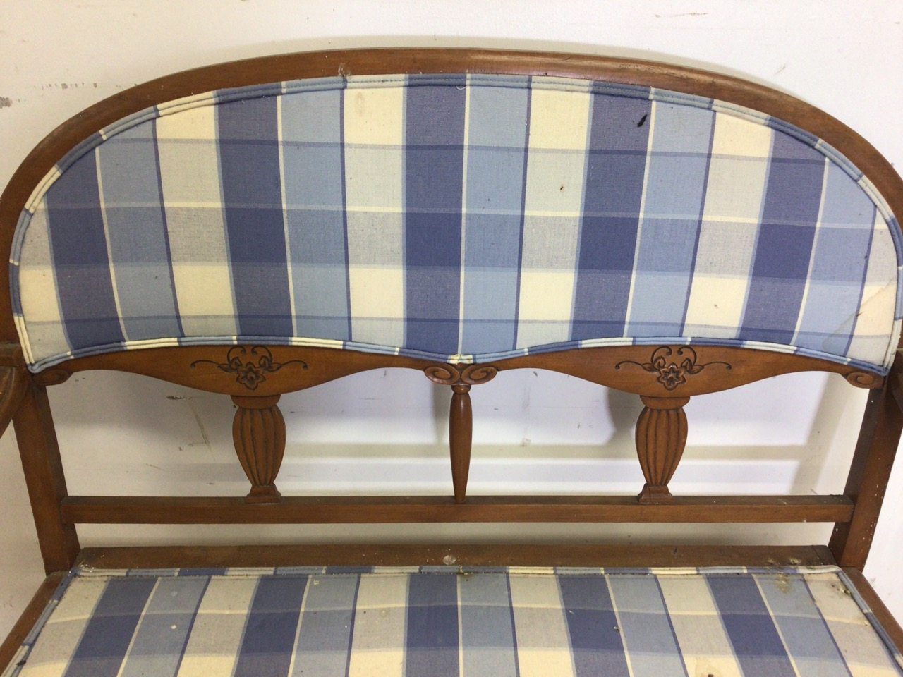 A two seater salon settee. With reeded tapered legs. W:110cm x D:55cm x H:100cm - Image 4 of 4
