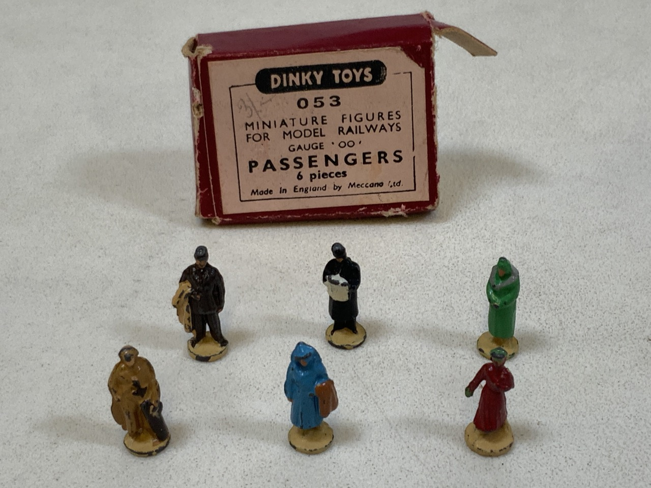 Dinky toy miniature passengers for gauge 00 railway in original box - six pieces. Height approx 2cm