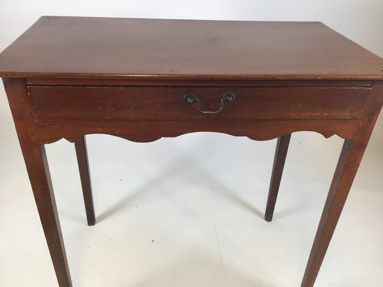 Small antique Georgian style side table with tapered legs with large central drawers and brass - Image 6 of 8