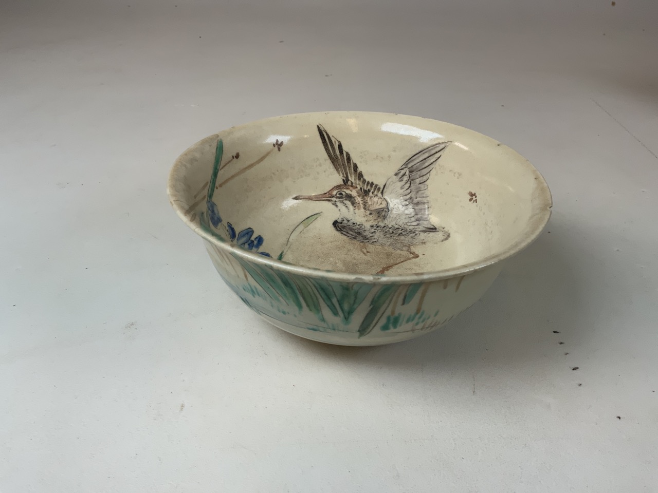An oriental hand painted bowl with bird image to interior. Oriental markings to base. Chip to rim - Image 3 of 5