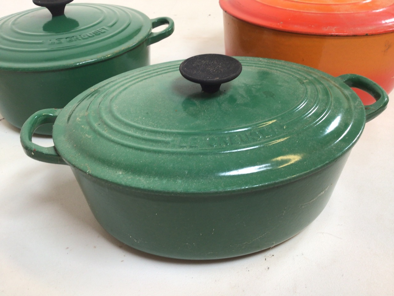 Le Creuset casserole dishes orange and green, Worcester blue and white plates also with a blue and - Image 5 of 7