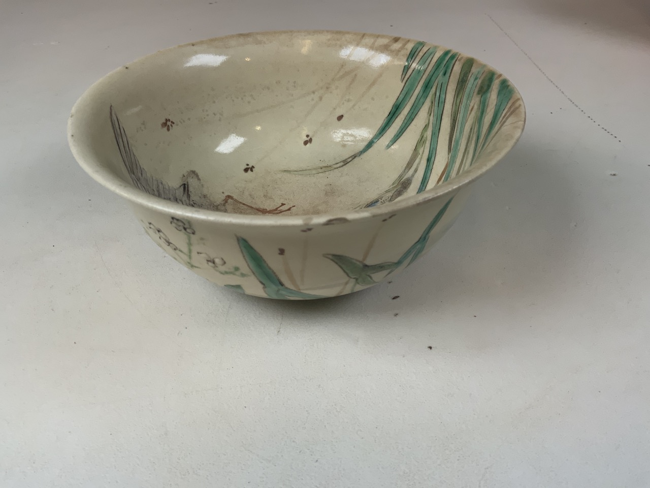 An oriental hand painted bowl with bird image to interior. Oriental markings to base. Chip to rim - Image 4 of 5