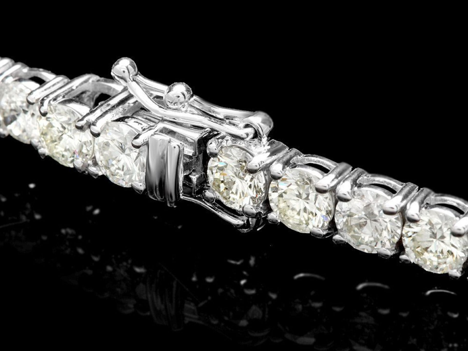 18k White Gold 12.00ct Diamond Tennis Bracelet - Image 2 of 4