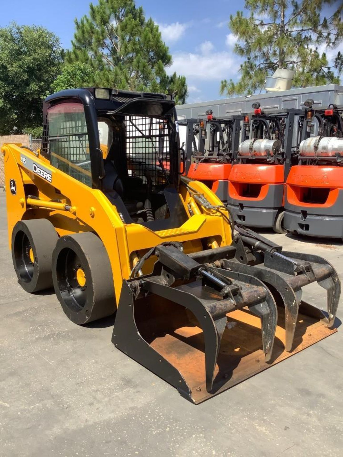 JOHN DEERE SKIDSTEER MODEL 315, DIESEL, GRAPPLE ATTACHMENT, SOLID TIRES, AUX HYDRAULIC, ENCLOSED CAB - Image 2 of 15