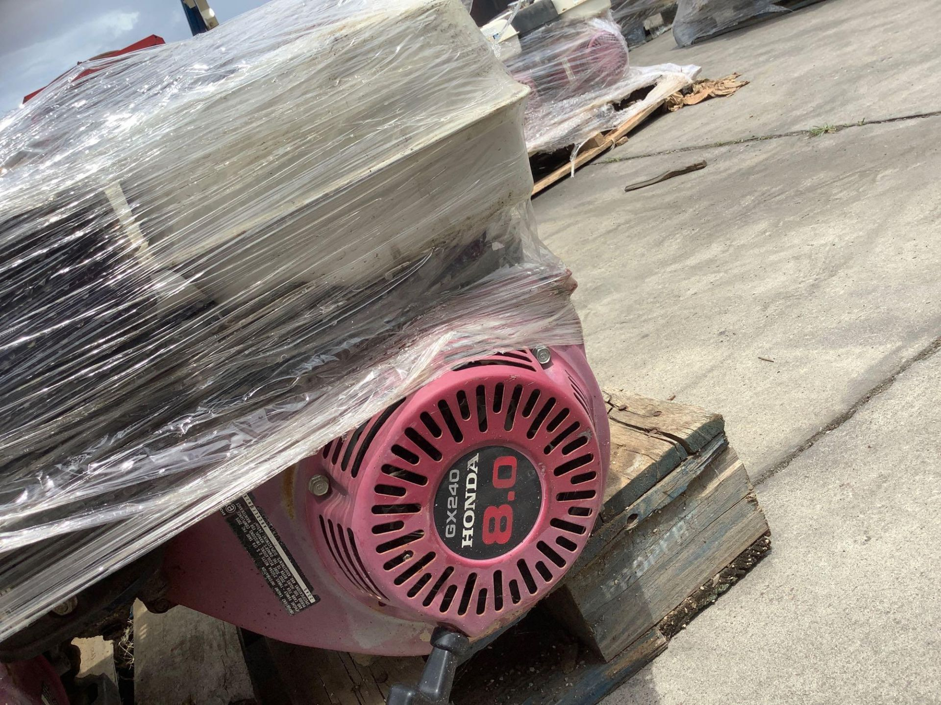 PALLET OF GAS HONDA GX 240 ENGINE , 8 HP, REMOVED FROM WORK SITE DOES RUN ALTHOUGH UNABLE TO GUARANT - Image 4 of 4