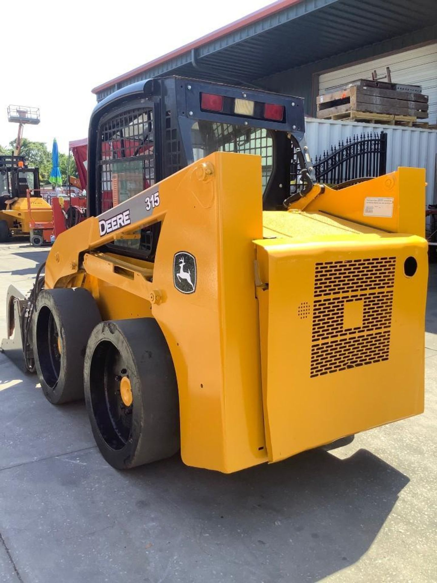 JOHN DEERE SKIDSTEER MODEL 315, DIESEL, GRAPPLE ATTACHMENT, SOLID TIRES, AUX HYDRAULIC, ENCLOSED CAB - Image 6 of 15