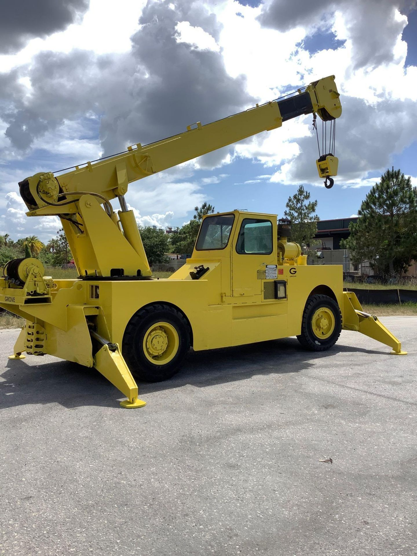 GROVE TRUCK CRANE MODEL IND1012, HYDRAULIC, TELESCOPIC, DIESEL,OUTRIGGER, RUNS AND OPERATES - Image 3 of 18