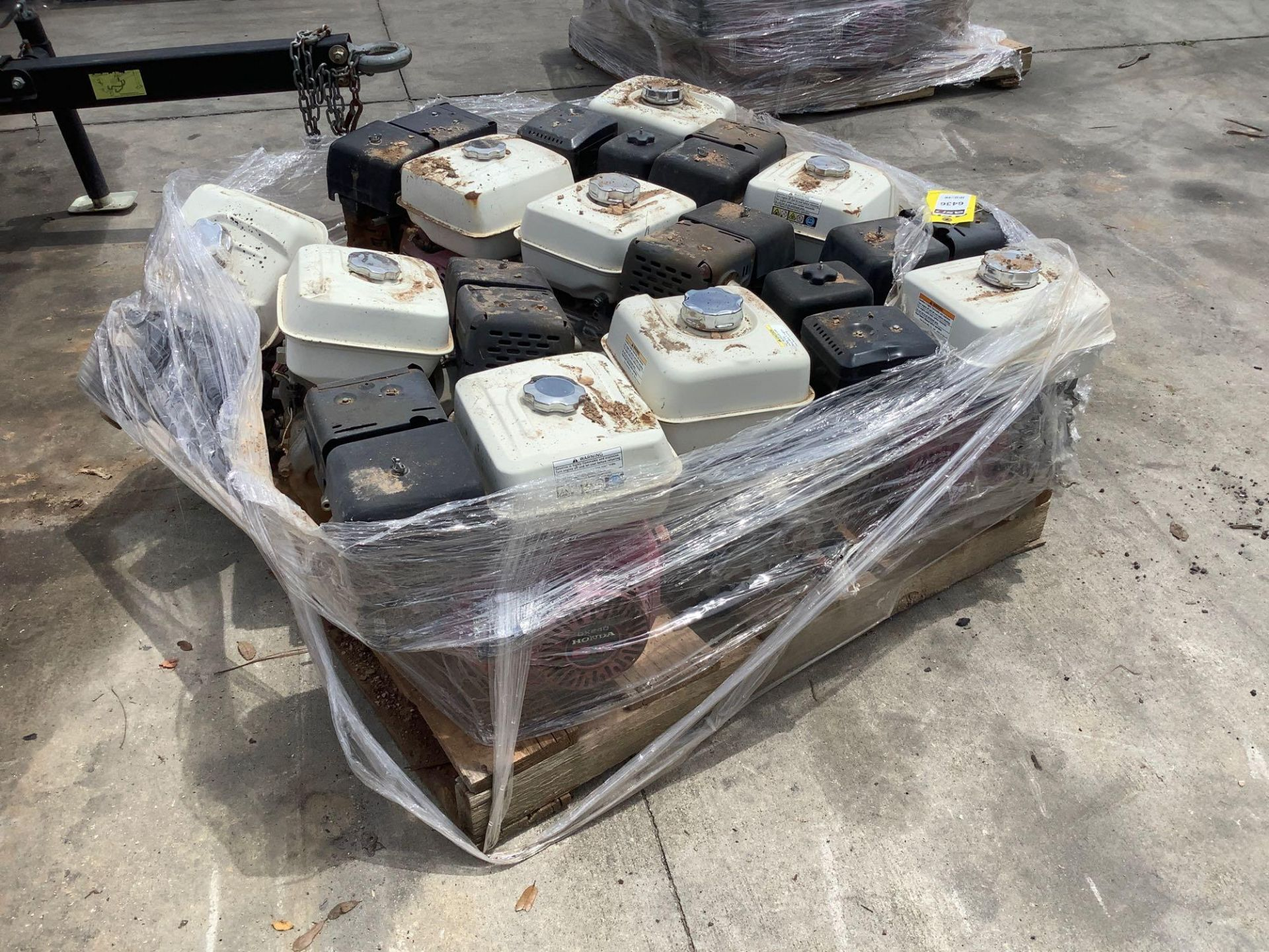 PALLET OF GAS HONDA GX 240 ENGINE , 8 HP, REMOVED FROM WORK SITE DOES RUN ALTHOUGH UNABLE TO GUARANT - Image 3 of 4