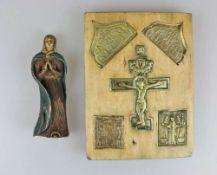 Ikone, Holztafel mit fünf eingelassenen Metallikonen, Russland, 19./20. Jh. Dazu Heilige Figur, Holz
