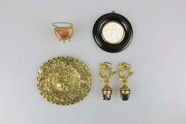 Konvolut, 5 Stück: Paar Flaschenstopfen, Miniaturreliefbild eines Liebespaares, Miniaturtondo, Minia