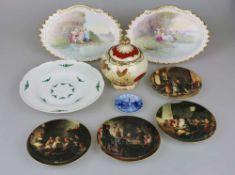 Konvolut Porzellan: vier Bildteller, Paar Wandbilder, Bonboniere, Kuchenteller, kleiner Untersetzer.