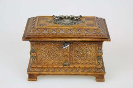 Holzkassette in Truhenform, 19. Jh., allseitig aufwendig geschnitzt, Ornament-Dekor und Zierbeschläg