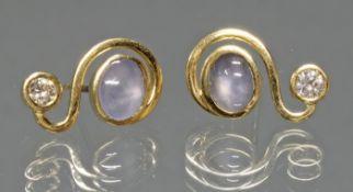 Paar Ohrstecker, Atelier Heinemann, Köln, GG 750, 2 Brillanten zus. ca. 0.30 ct., 2 Stern-Saphire,