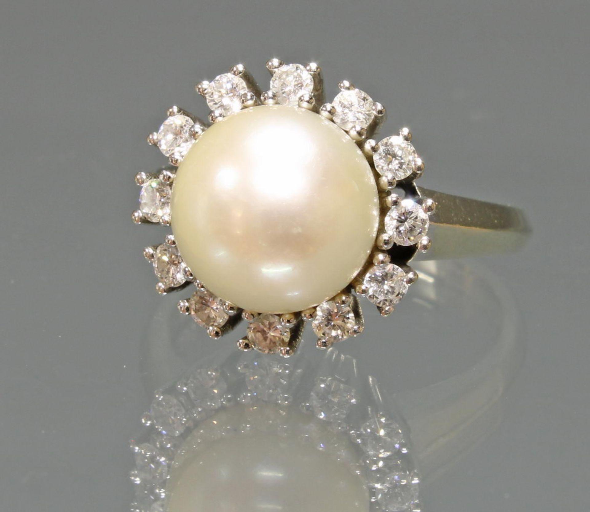 Ring, WG 585, 1 Akoya-Zuchtperle ø 10 mm, 12 Besatzdiamanten gepunzt 0.44 ct., 6 g, RM 16.5
