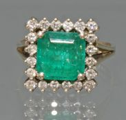 Ring, WG 585, 1 quadratisch facettierter Smaragd ca. 3.58 ct., 20 Brillanten zus. ca. 0.80 ct., etw